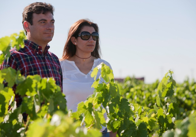 Carlos Plaza y Manuela Bayón, directora comercial de la bodega, en el viñedo