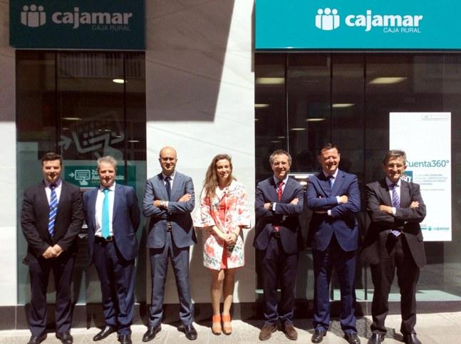 Equipo directivo de Cajamar y de la nueva oficina de Mérida con el presidente Eduardo Baamonde (tercero por la izquierda)