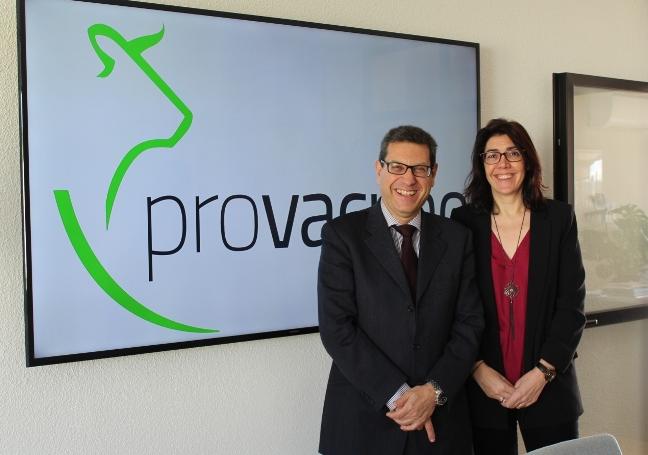Javier López (director de PROVACUNO) y Carme Sabrí (directora de AgroBan...